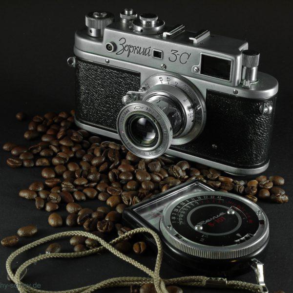 Alte Analogkamera auf Kaffeebohnen