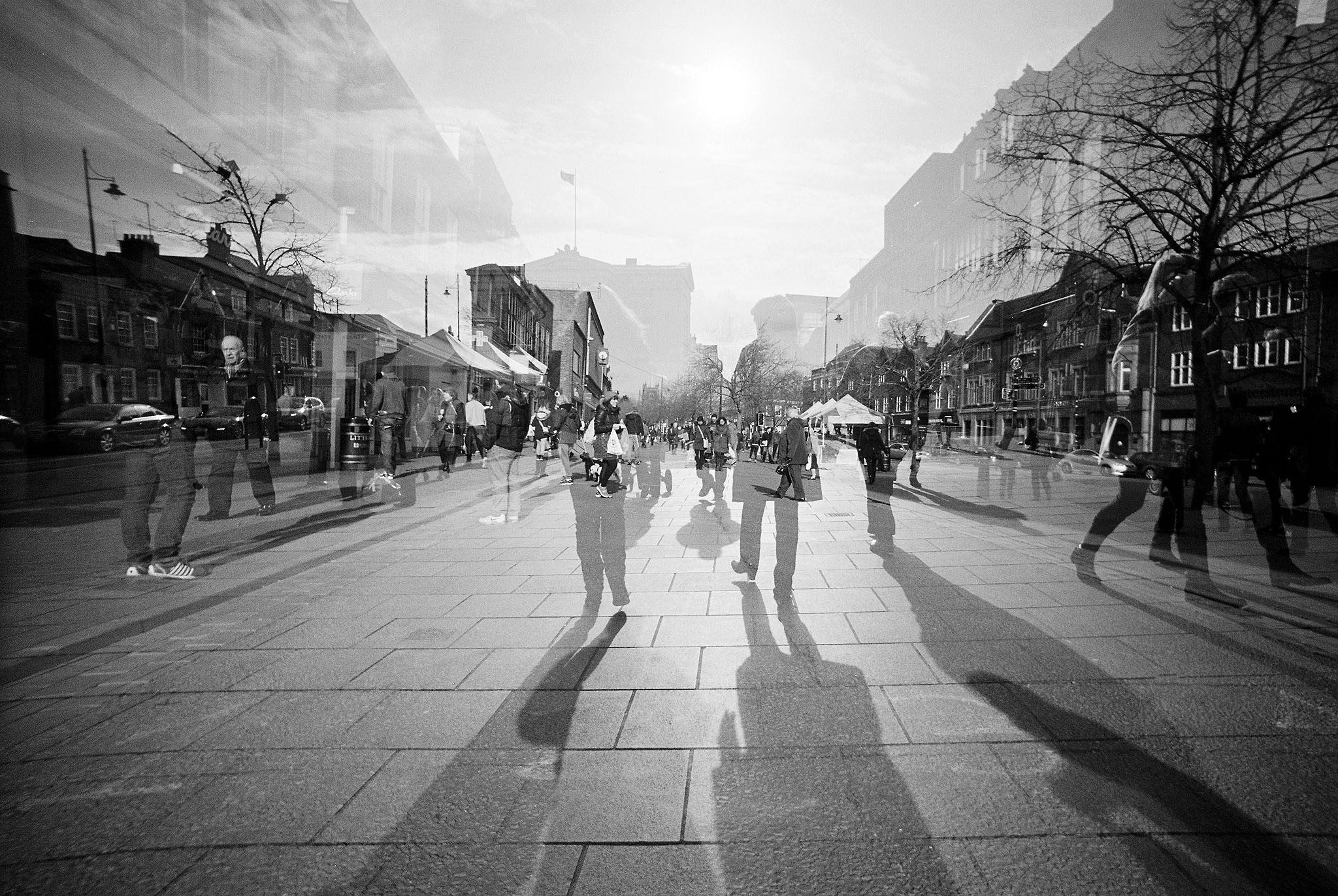 Doppelbelichtung einer Fußgängerzone , aus zwei unterschiedlichen Blcikpunkten, in schwarz-weiß
