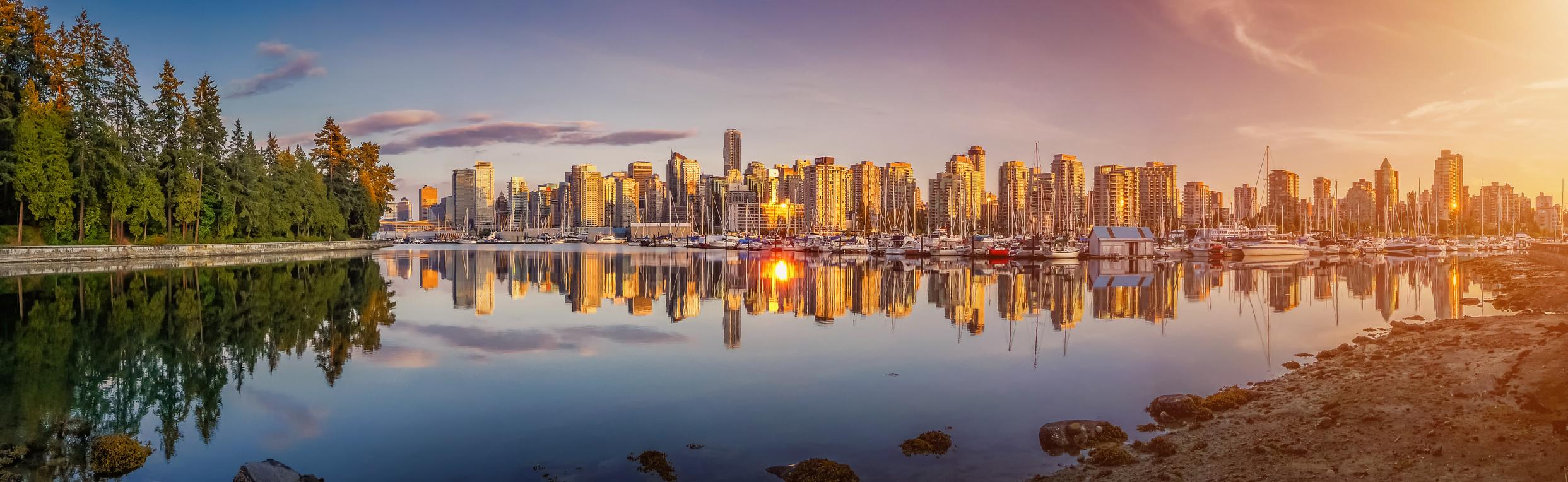 Die Sykline von Vancouver spiegelt sich im Wasser,