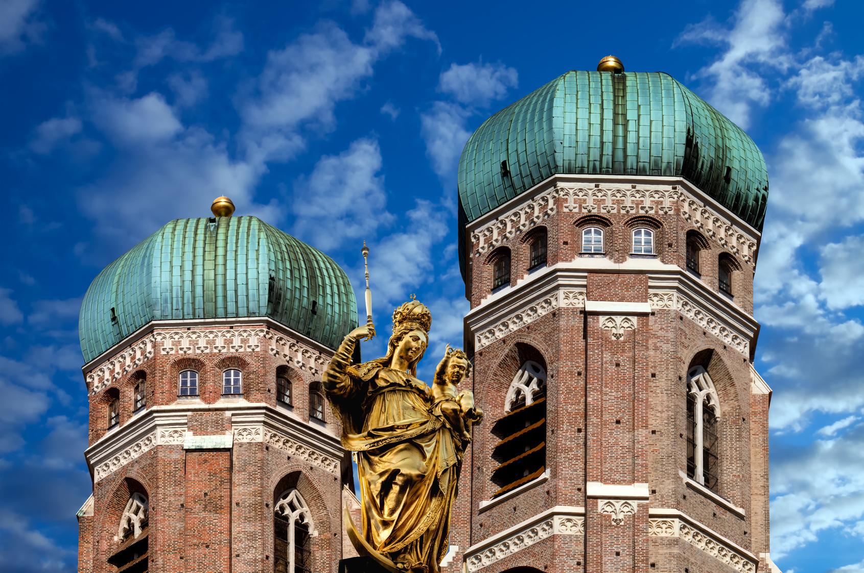 Die zwei Zwiebeltürme der Frauenkirche mit Mariensäule im Vordergrund.