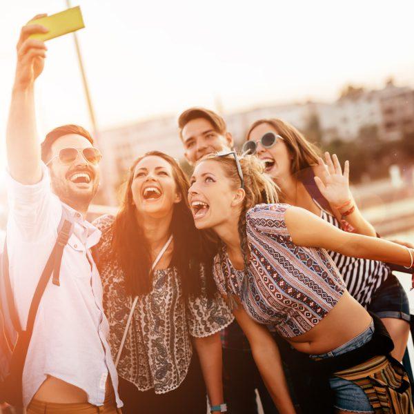 Fünf junge Leute machen ein Gruppen-Selfie.