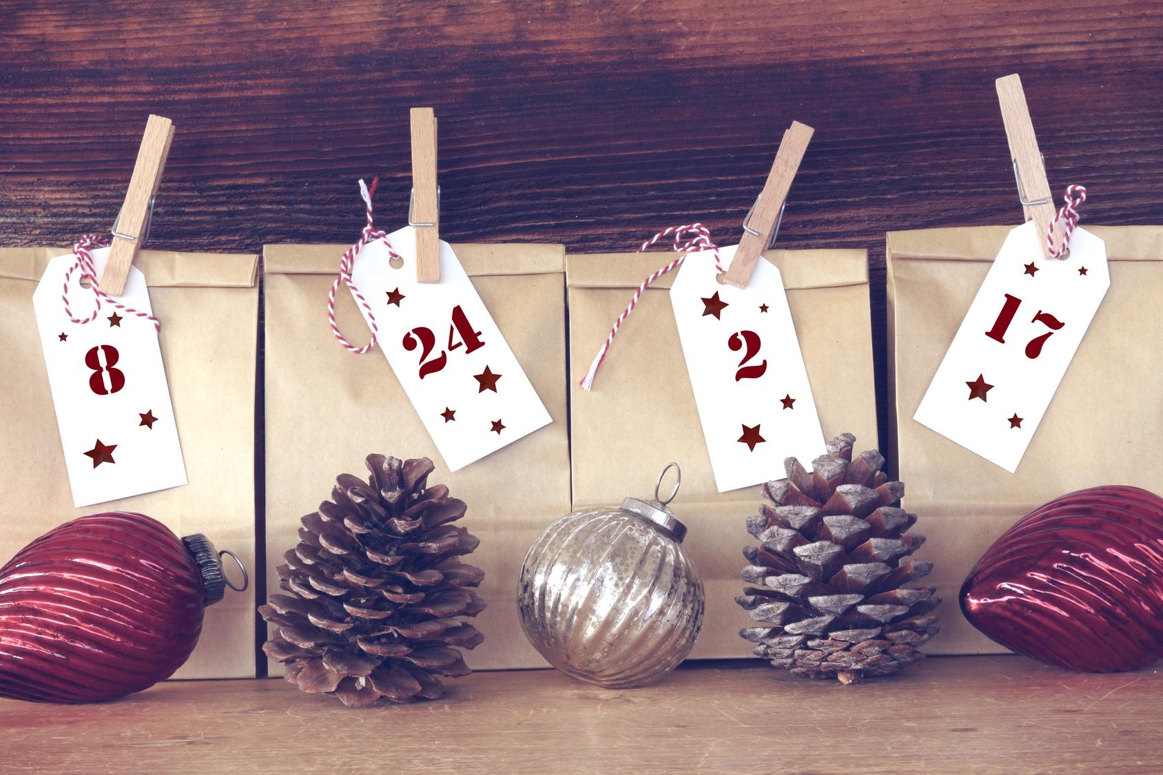Einfacher selbst gebastelter Adventskalender aus dekorierten Papiertüten.