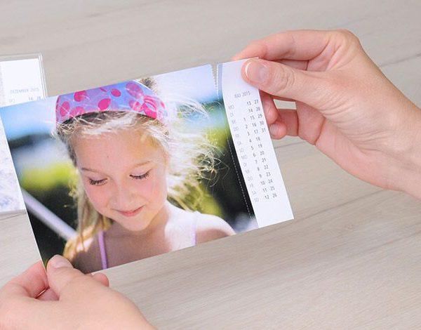 Eine Hand hält ein Foto mit dem Bild eines kleinen Mädchens