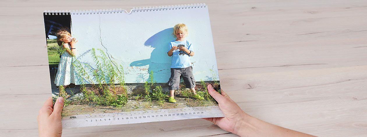 Horizontaler Ringbuch-Fotokalender, der zwei Kinder zeigt