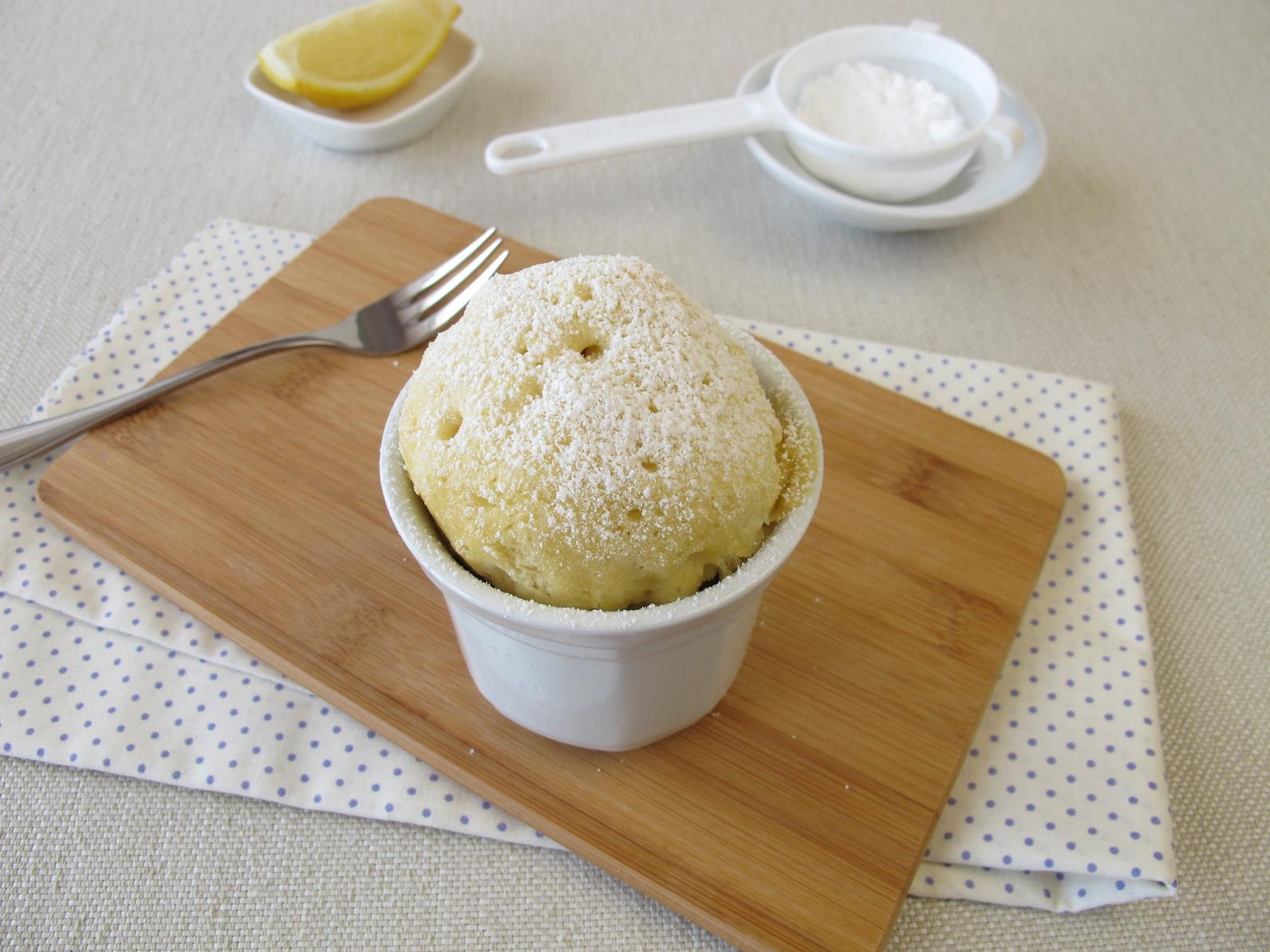 Kuchen in der Tasse mit Zitrone und Puderzucker