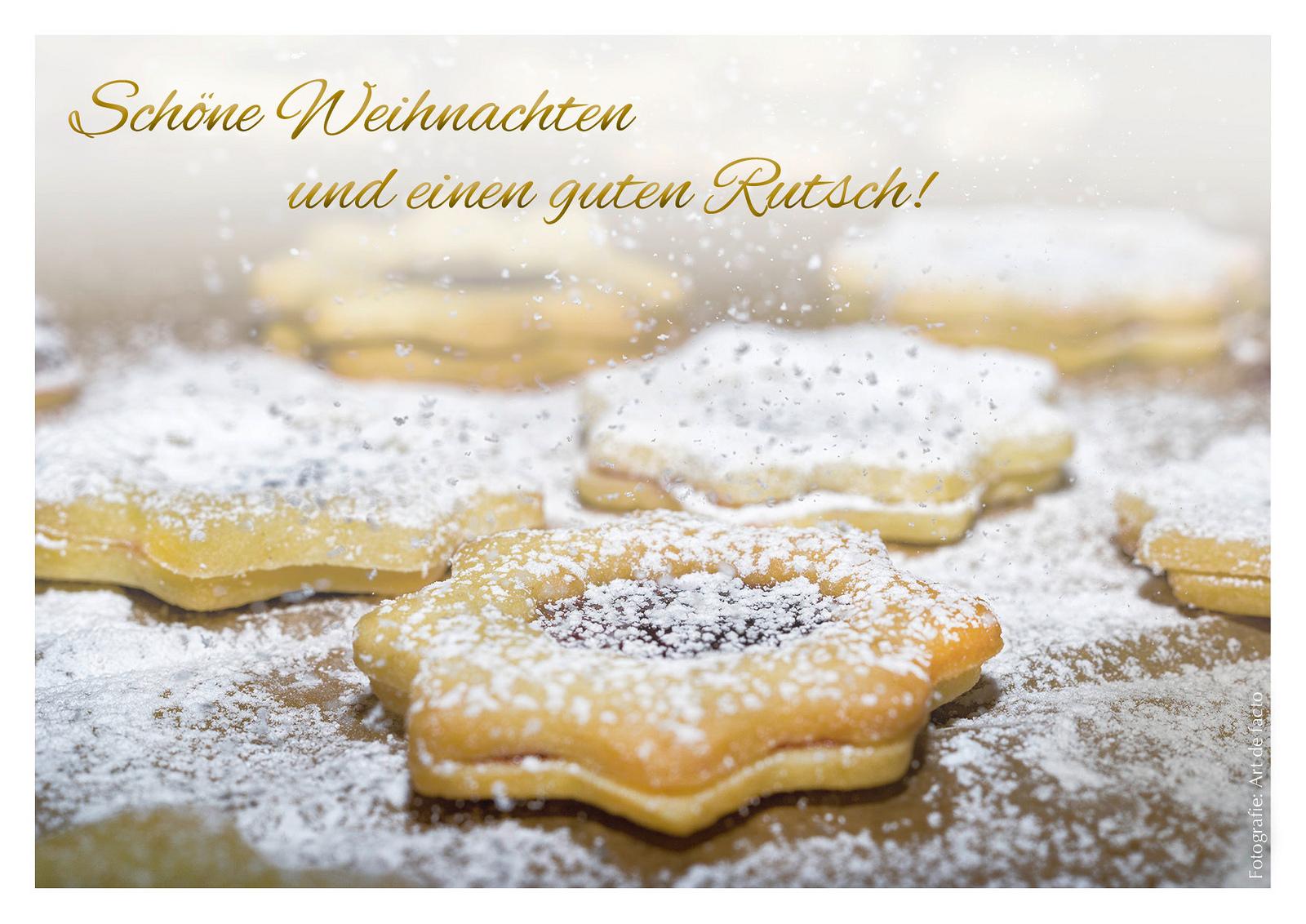 Fotoweihnachtskarte: Sternförmige Plätzchen, mit Puderzucker bestäubt