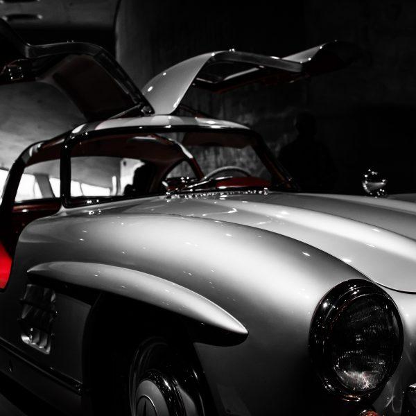 Ein alter Mercedes SL mit Flügeltüren.