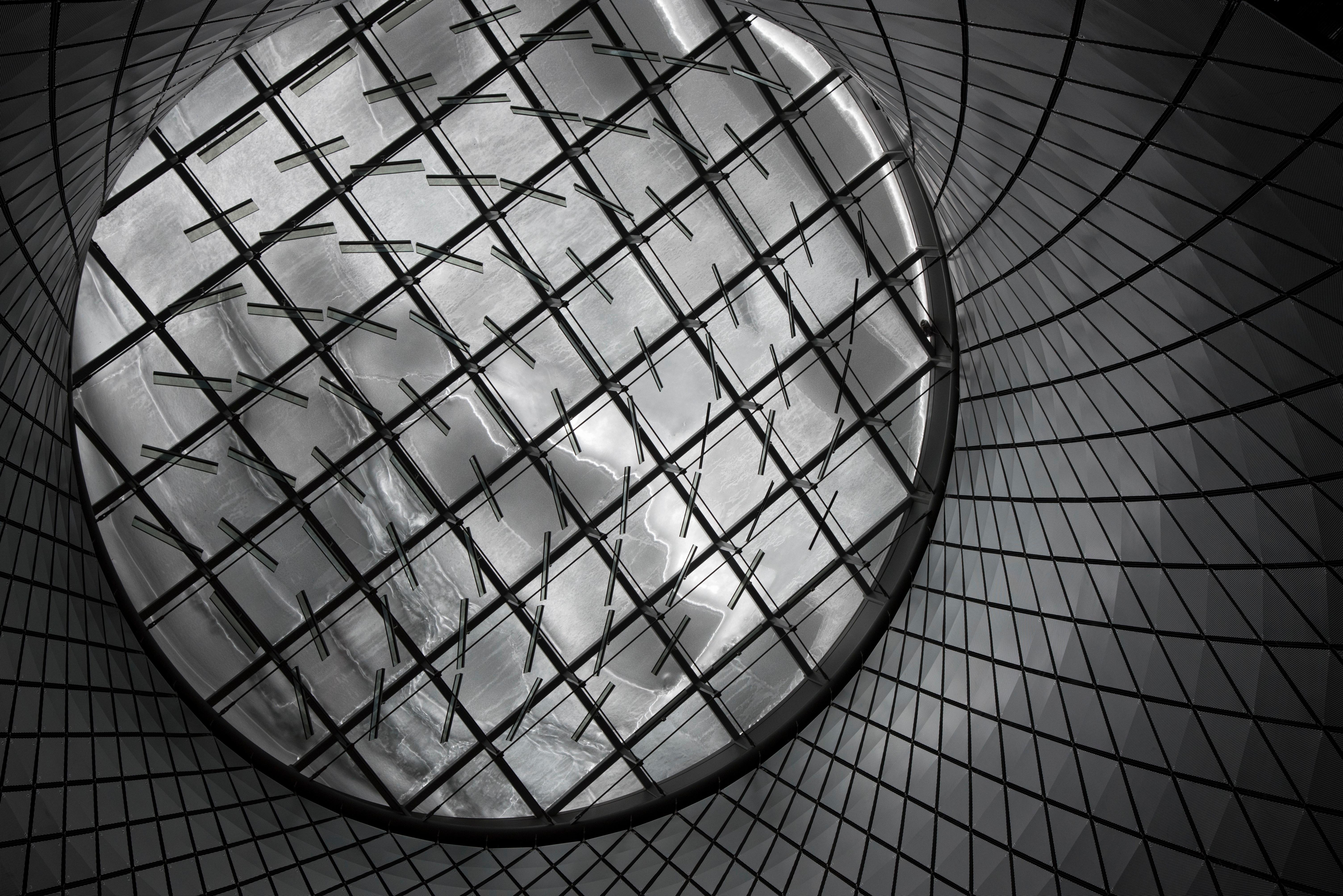 Spiralförmige Konstruktion aus Glas und Metall.