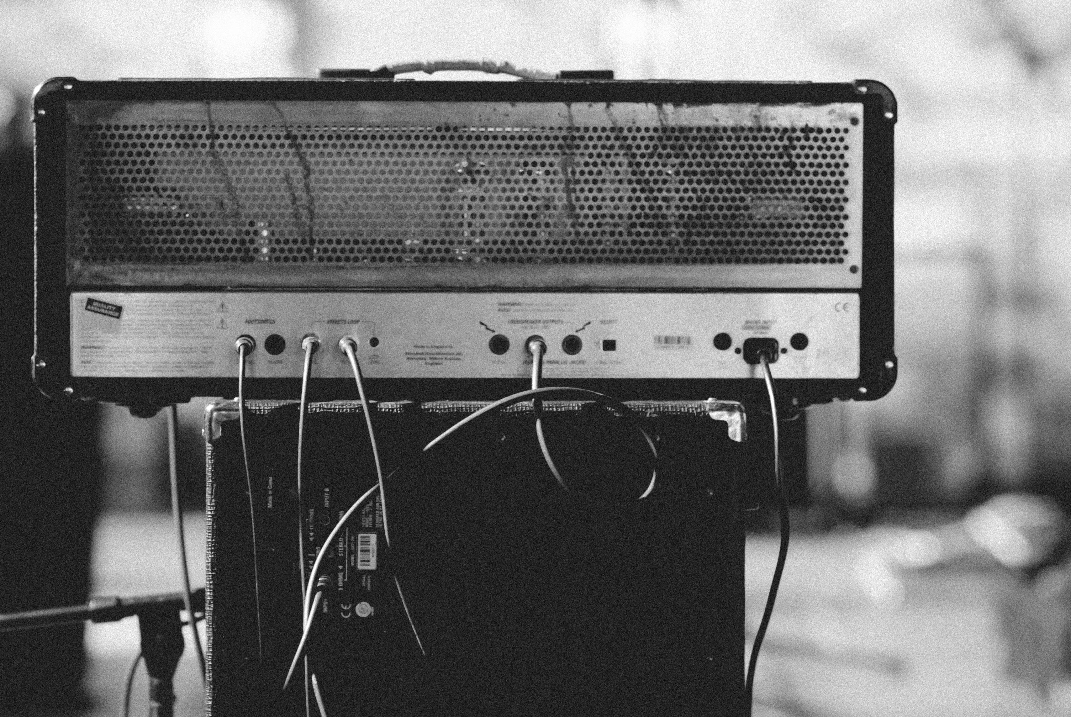 Schwarz-Weiß-Foto von einem Gitarrenverstärker.