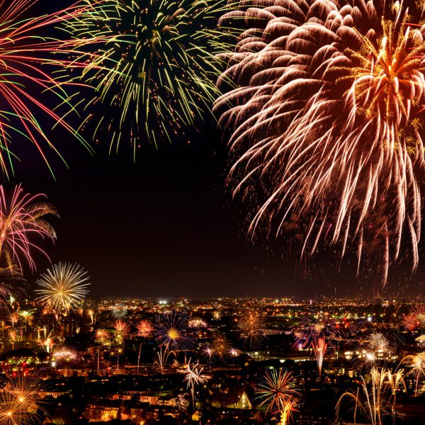 Buntes Feuerwerk über einer Stadt.