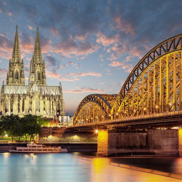 Rheinbrücke in Köln in der Abenddämmerung fotografiert, im Hintergrund der Kölner Dom.