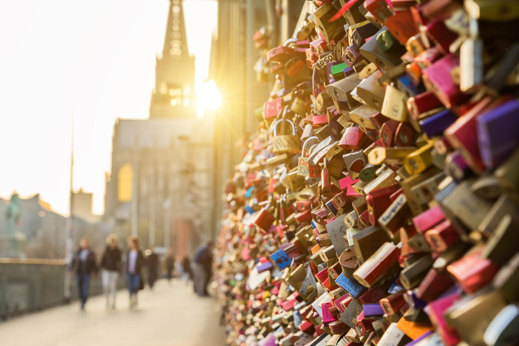 Vorhängeschlösser als Zeichen ewiger Liebe reihen sich am Brückengeländer dicht an dicht.