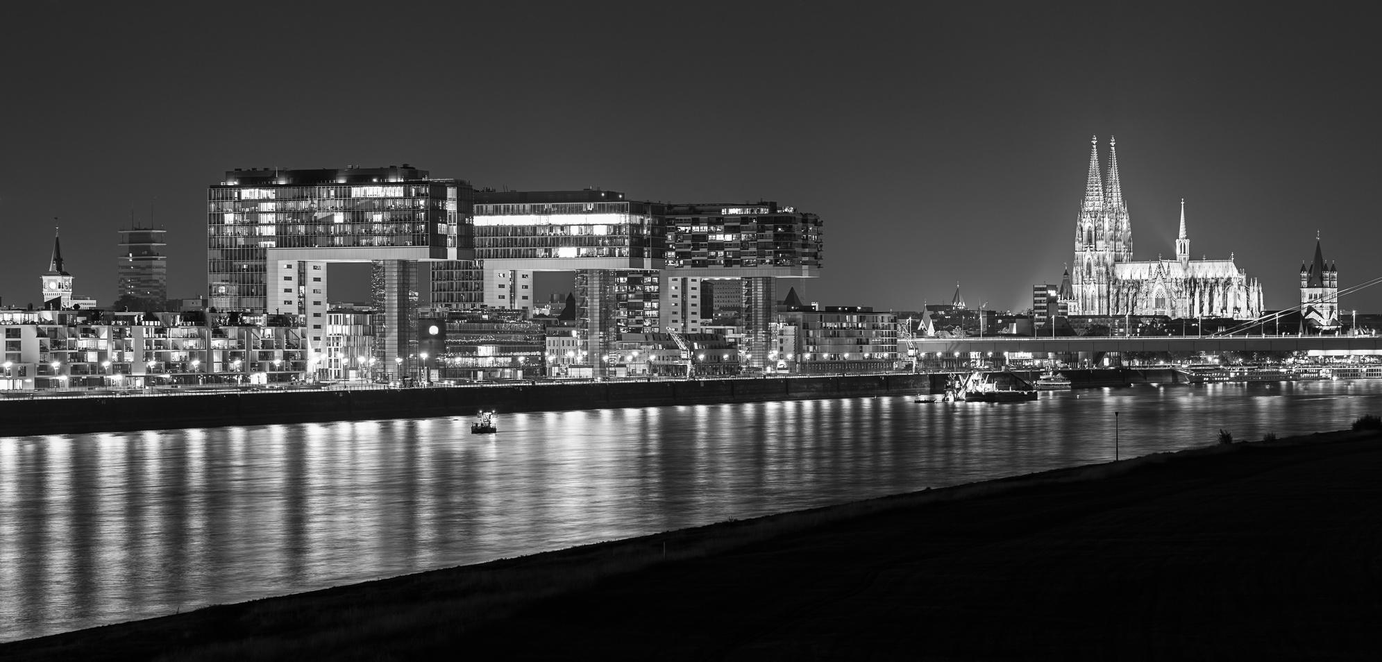 Köln-Panorama mit modernen und historischen Gebäuden in Schwarz-Weiß.