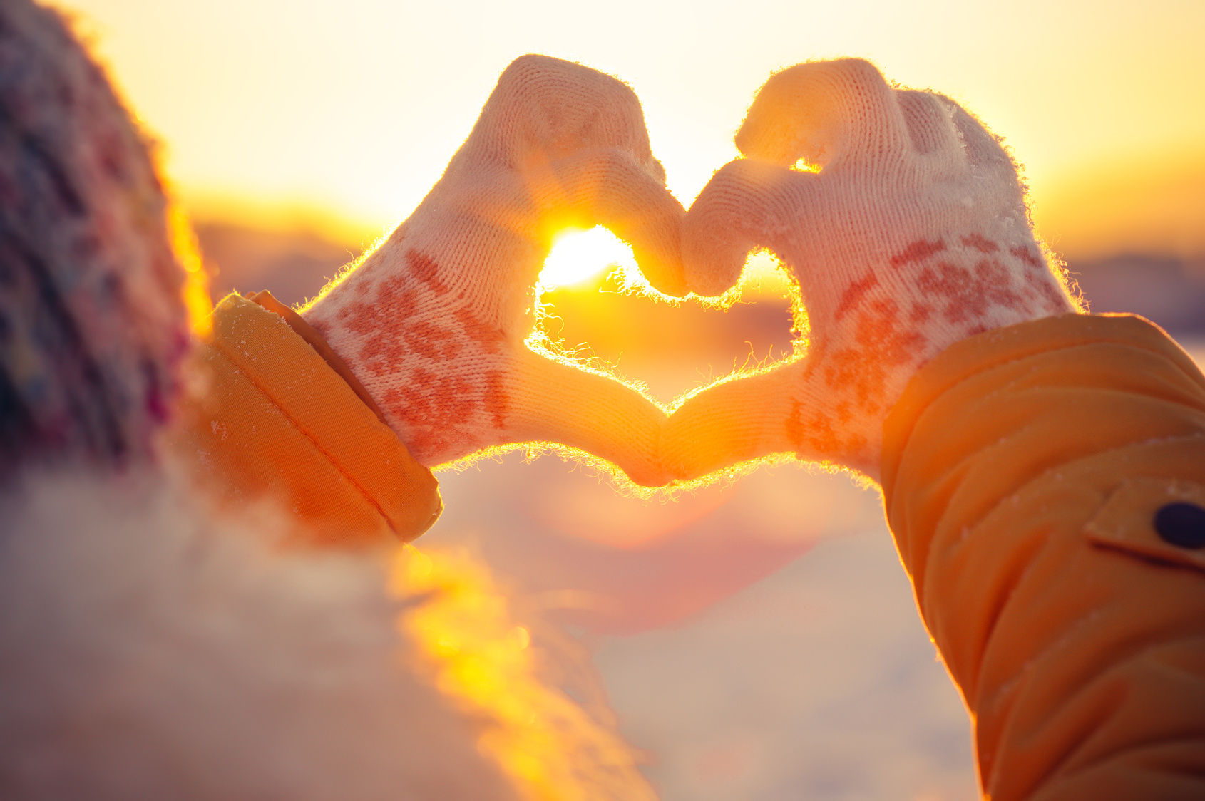 Frau Formt Vor Der Wintersonne Mit Ihren Fingern Ein Herz.