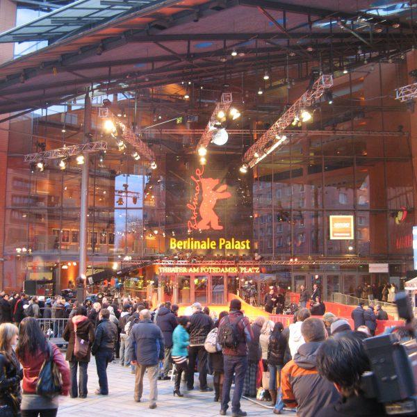 Erste Berlinale-Fans und Promijäger finden sich vor dem roten Teppich des Berlinale Palast am Potsdamer Platz ein.