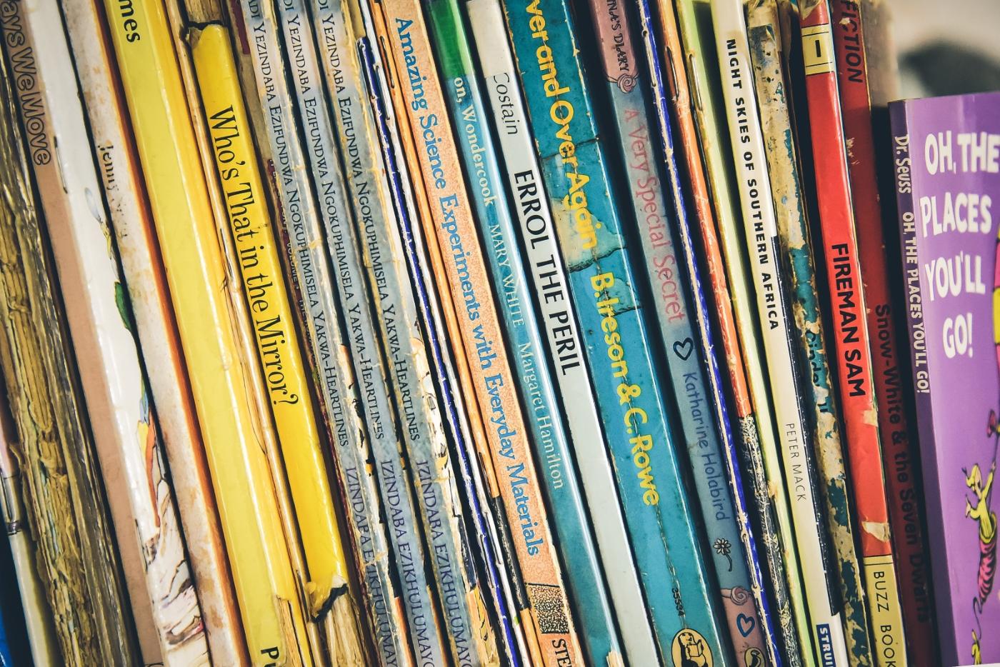 Bunte Rücken alter Bücher stehen dicht nebeneinander
