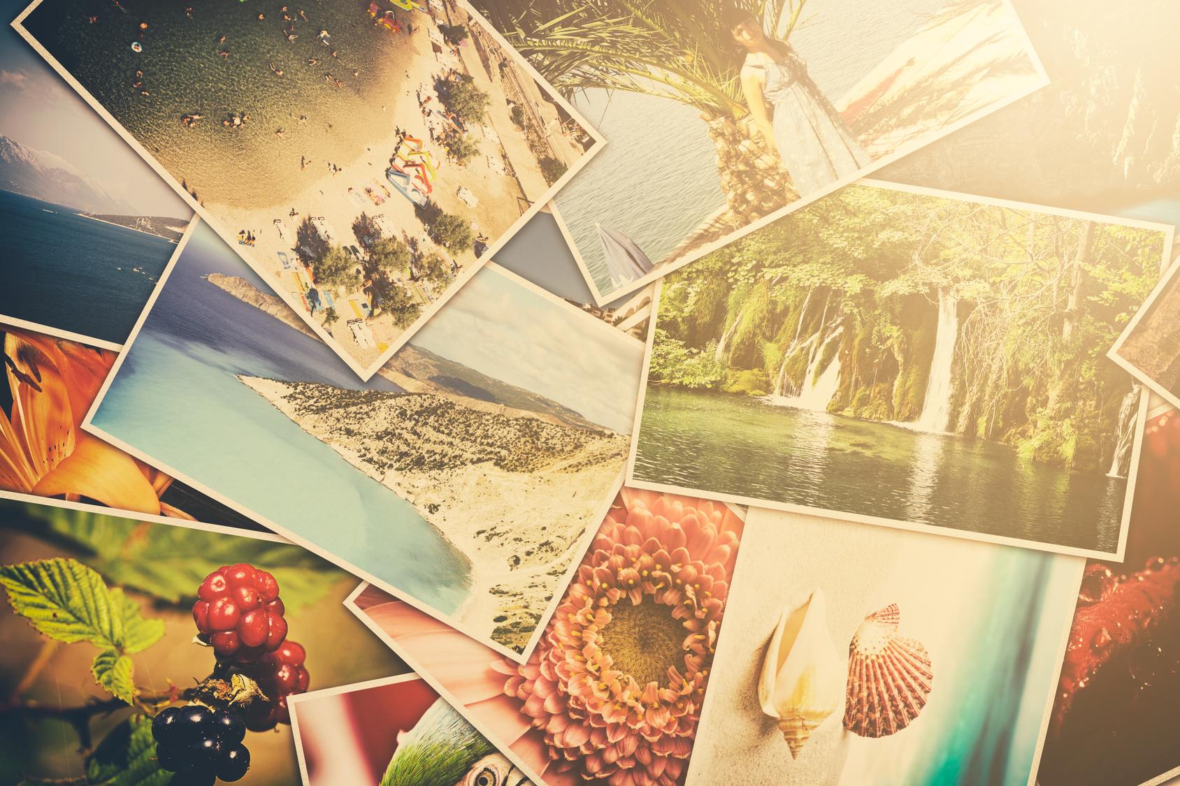 Verschiedene Urlaubsbilder verstreut auf einem Haufen.