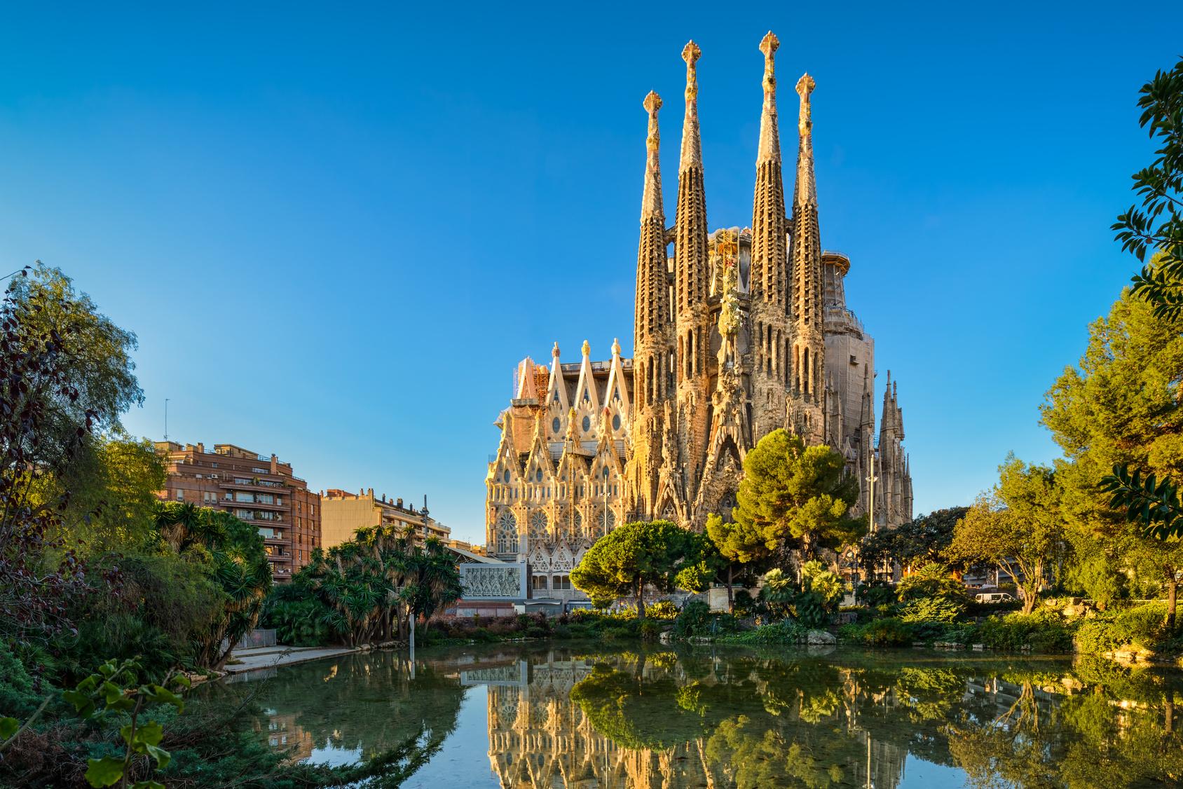 Sagrada Familia vom Plaça de Gaudi aus gesehen