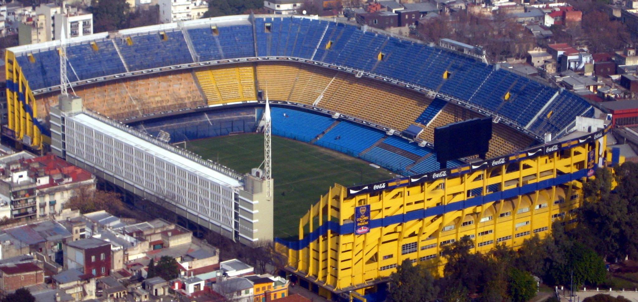 Ein wuchtiges, rechteckiges Fußballstadion in Blau und Gelb, mitten in Buenos Aires.