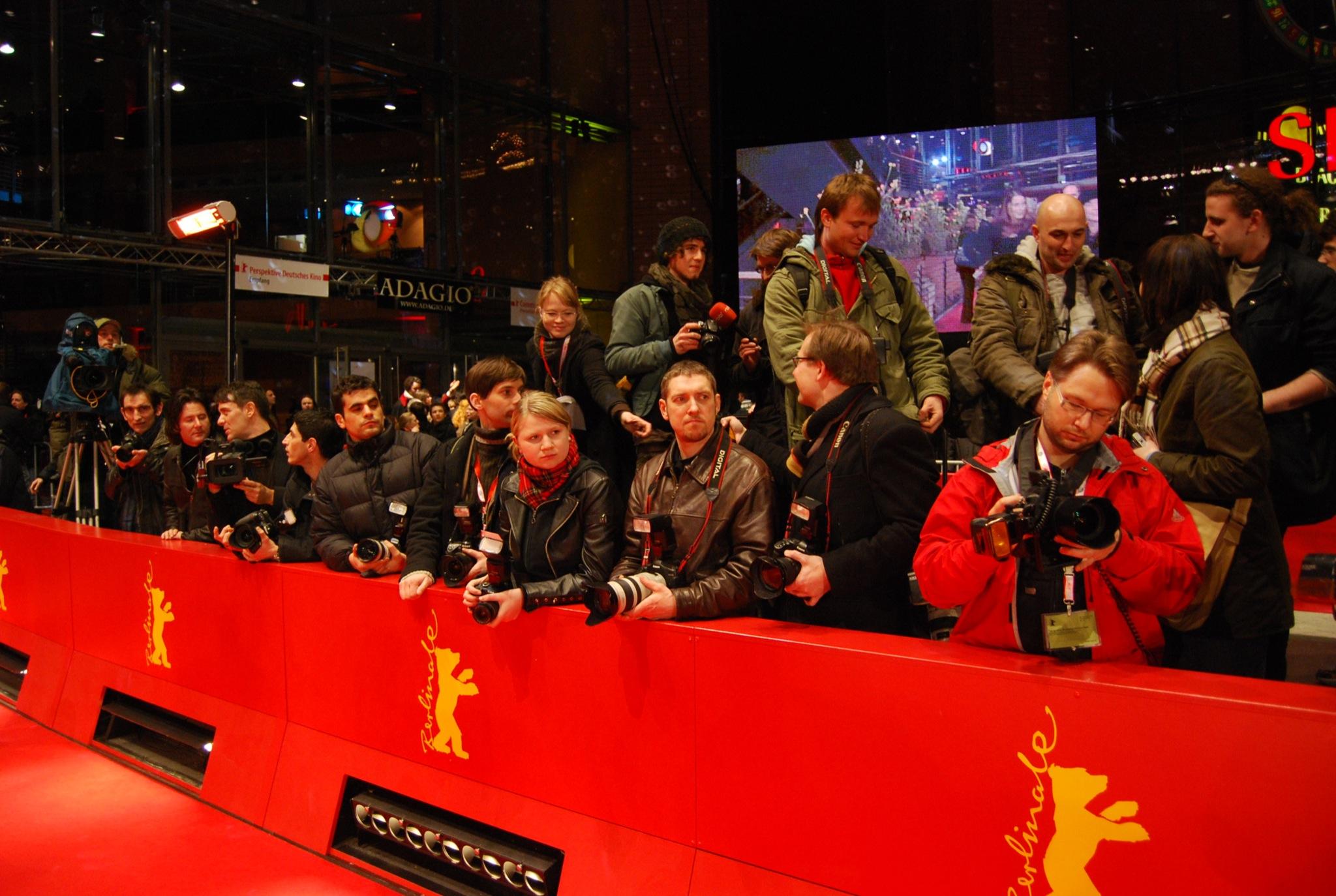 Fotografen in Wartestellung am roten Berlinale-Teppich.