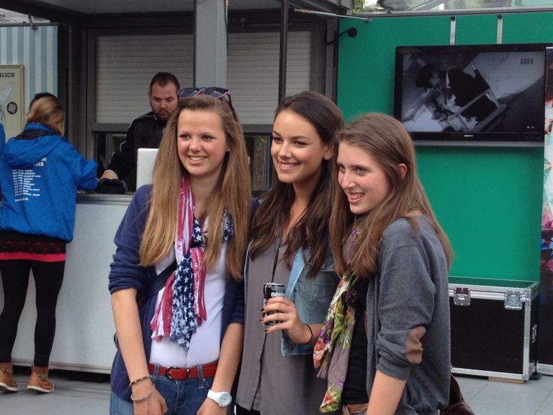 Zwei weibliche Fans mit der GZSZ-Darstellerin Janina Uhse