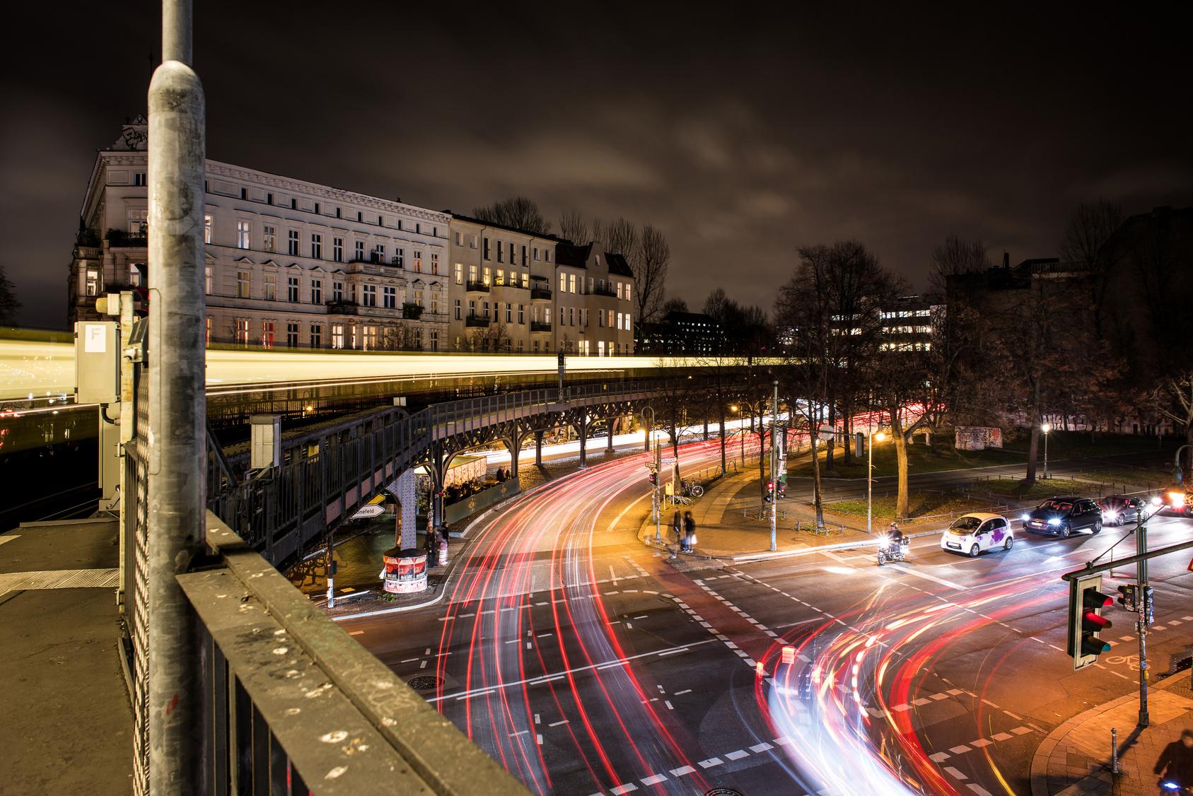 Schlesisches Tor in Berlin bei Nacht.