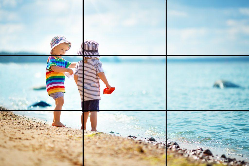 Junge und Mädchen spielen am Strand.