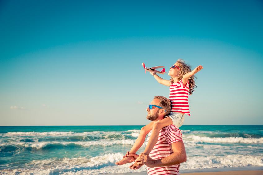 Vater und Tochter am Strand