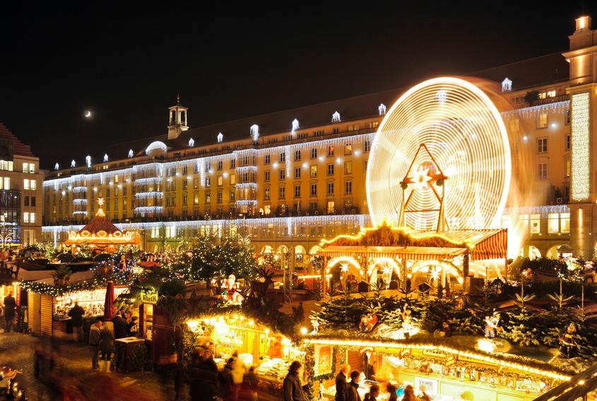 Überblick über Weihnachtsmarkt-Buden und Riesenrad