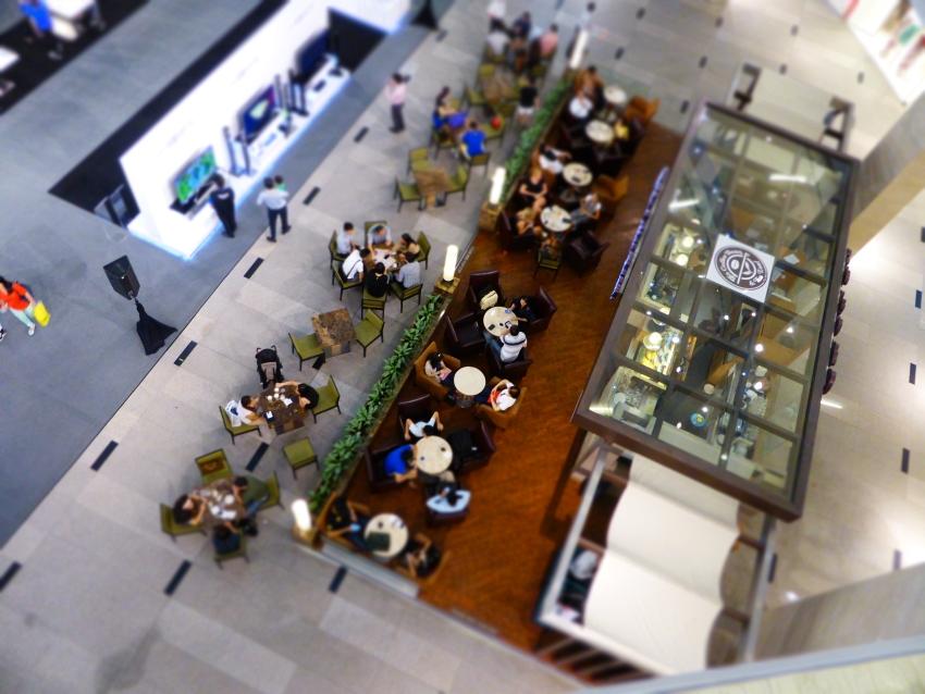 Blick von oben auf eine Coffee Bar in einer Shopping Mall