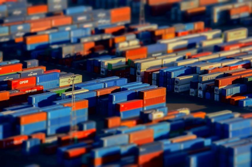 Blick auf Container mit verschwommenem Vorder- und Hintergrund