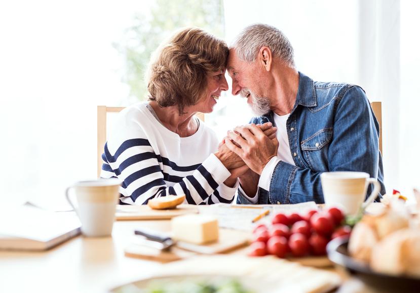 Älteres Paar am Frühstückstisch